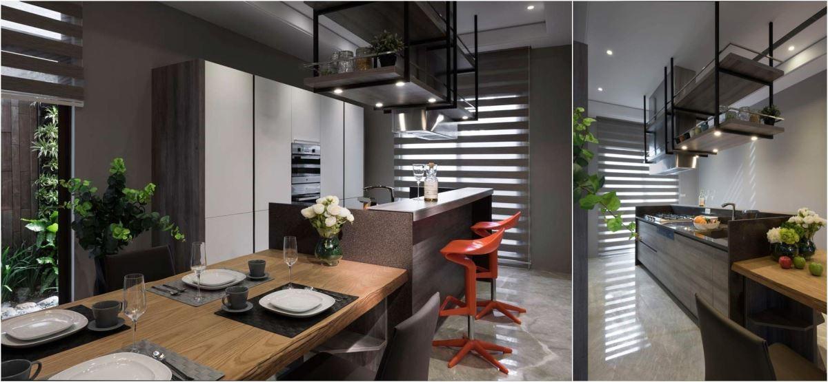 整面白色的嵌入式機能電器櫃,視覺上顯得輕盈、潔淨。透過中質木色的側板與線條,與鐵件吊櫃相呼應,平衡性上拿捏得宜,跳色吧檯椅,再創視覺亮點。
