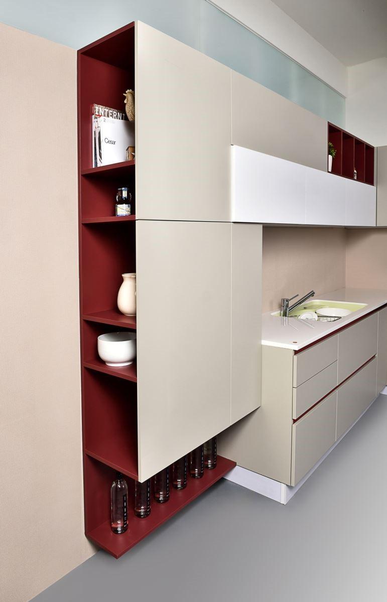 開放式複合櫃不僅可將家中收藏品陳列於其中,顛覆過去刻板而制式的櫥櫃收納設計,推出更加輕盈開放式的多彩複合櫃搭配同色系無把手設計,更可以滿足目前蔚為風潮的開放式、廚房設備家具化的美感需求。圖片提供_雅登廚飾