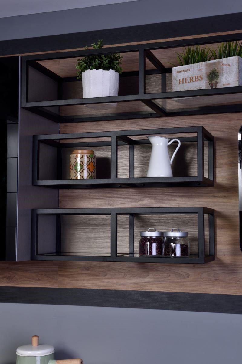 利用兩公分厚的鐵件,與富含溫暖的木質質材,搭配LED燈具的配置,呈現出使用者的獨特個性與熱情,讓廚房也能成為男人心目中的夢幻天地,而不再只是女人的天下。圖片提供_雅登廚飾
