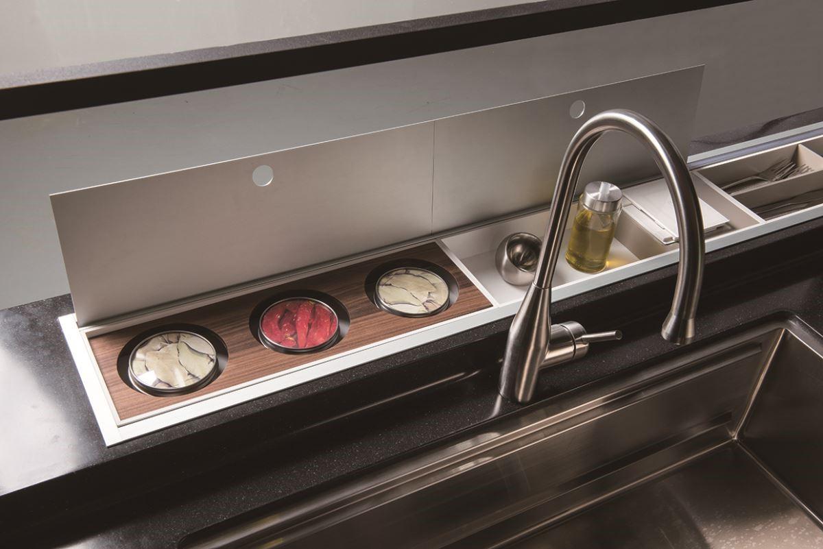 而高科技時代的生活方式,大大提升了人們的生活品質,不管是美型收納亦或是電動機能收納,都能依據空間條件與客製需求,加乘廚房的空間美學。圖片提供_雅登廚飾