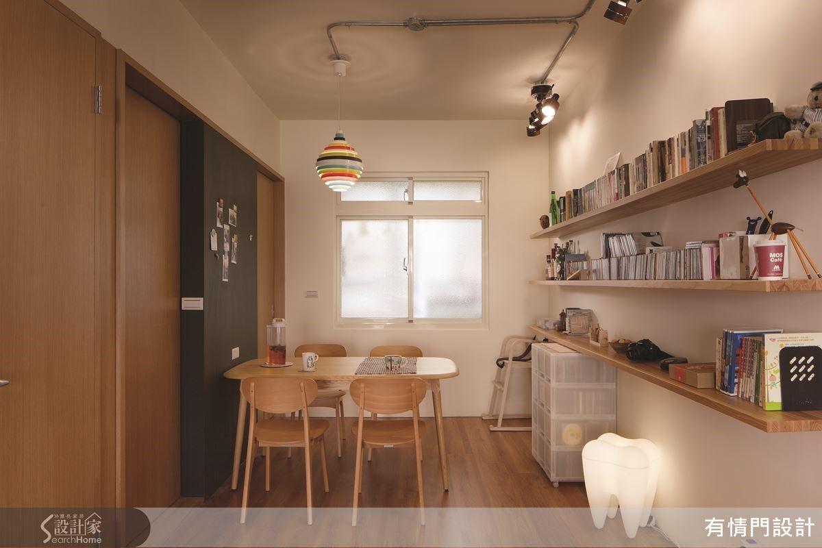 黑板牆兩側皆為活動拉門設計,讓廚房能適度地達到開放與必要的油煙隔絕,裸露管線則呼應工業風訴求的回歸空間本質結構。