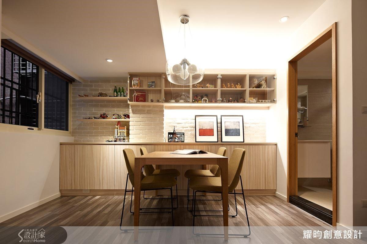 餐廳面積本就不大,柱子又矗立正中,設計師以有質感的文化石為底牆吸引視覺,造型簡約的展示櫃美化,刻意形成的層次落差,讓柱子宛如牆面設計的一部分。