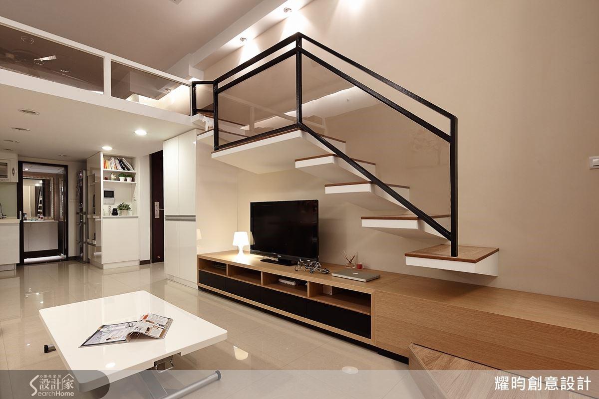 挑高3米6的小屋,懸空梯下電視貼牆,下方則配置矮櫃增加收納,減少壓迫感,最巧妙的是,設計師延伸矮櫃成為上樓階梯的第二階,讓櫃體多元利用。