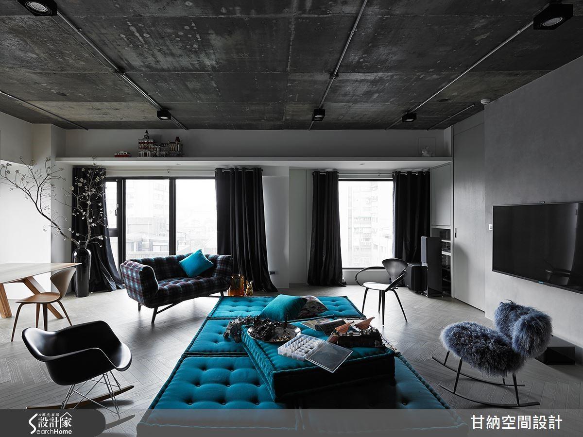 傳統制式的電視牆往往得搭配固定的沙發。當電視不再是空間唯一的主角,那麼沙發也不妨挑選更靈活、自由的款式。如本案選用可以自由堆疊的 Mah Jong 塊狀沙發,讓空間展開更多冒險的可能!(延伸閱讀:釀藏生活的時光膠囊,48 坪毛胚屋築構永恆進行式的自由心域)