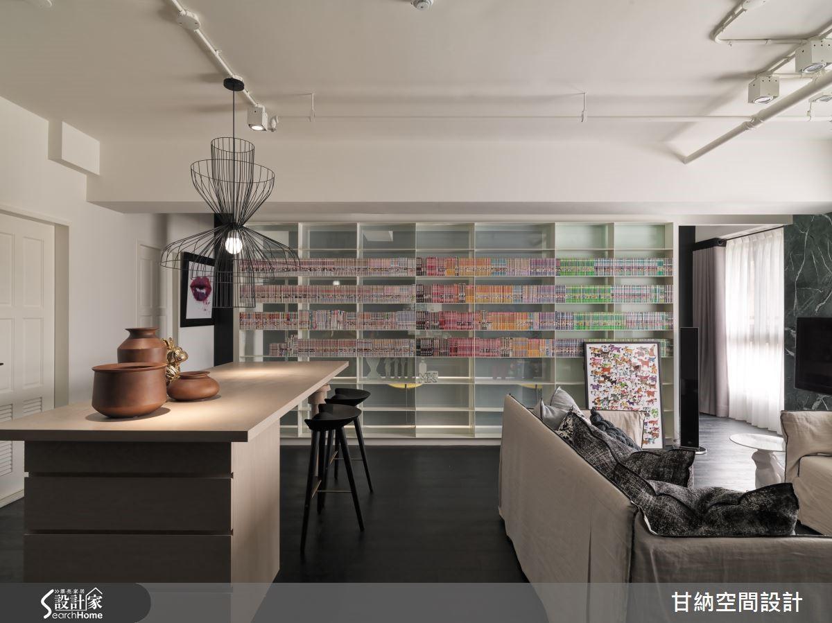 一道漫畫牆錨定了生活的重心,兩側則分別是通往後方閱覽區與臥室的通道,而細膩的書櫃規劃,也讓漫畫收納不再雜亂無章,形成美麗的多彩風景。