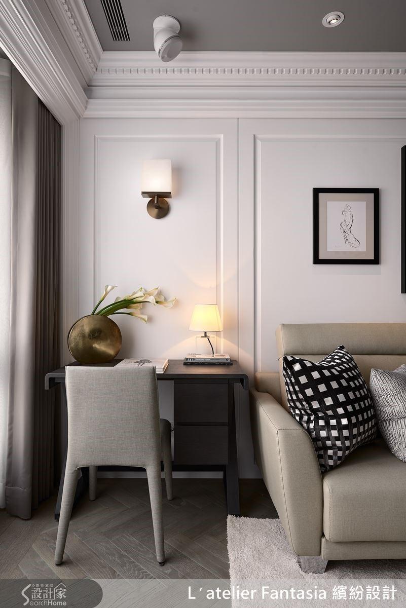 沙發一角的閱讀空間,以壁燈延續金色主調,連花器也遙相呼應,即使小角落都相當具有美感。