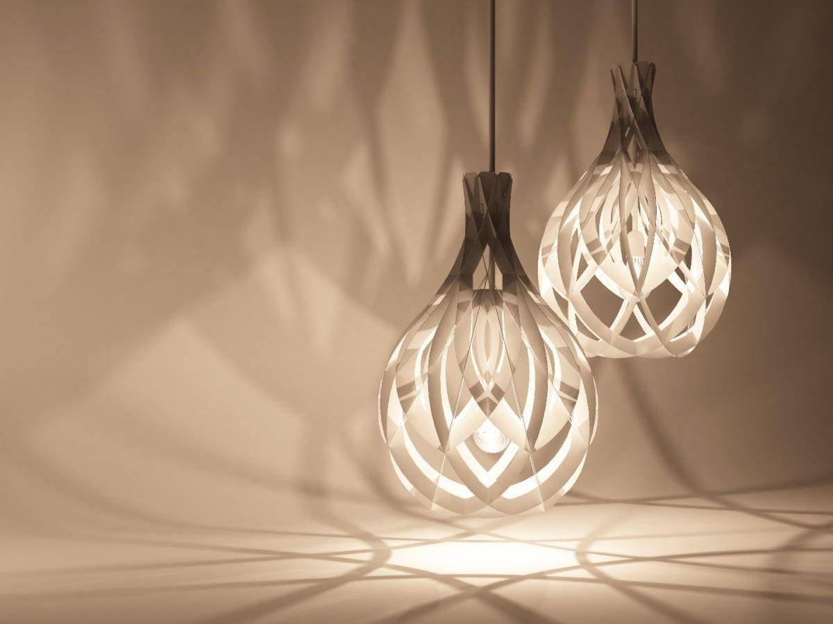 創作是一種實驗性的挑戰,紙影系列的想法主要是想做出仿製3D列印結構性的產品,加入對日常生活的觀察與想像思考,概念來自於植物,燈的外觀是依據花的型態塑造而來的,遠看就像是一朵朵含苞待放的花朵;而當將燈點亮時,燈光投射出來的光影變化就像是綻放的花朵,展現多層次的耀眼光芒。