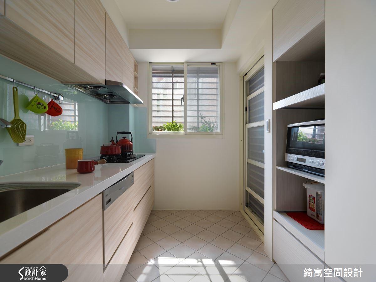 身為新好男人,飯後當然要幫忙洗碗囉~經過設計師改造放大的廚房,讓兩個人一起在廚房裡收拾也不擁擠!右側的收納櫃同時也是廚房與和室的隔間牆,機能與坪效都獲得令人滿意的提升。