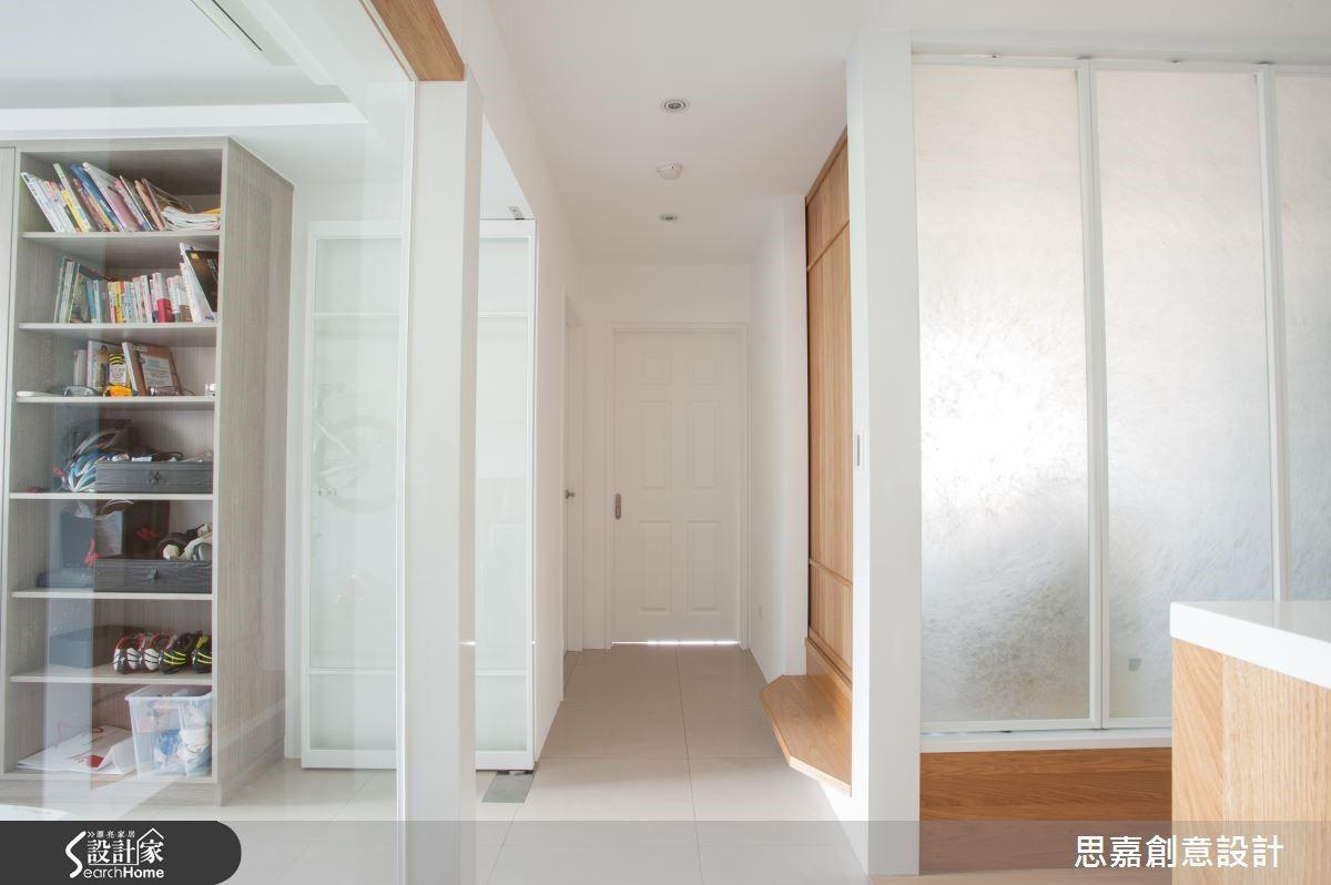 而針對空間內部未能直接享有採光窗的和室,詹總監則採用霧面玻璃保持光線的穿透效果,同時也兼顧房內的隱私考量。