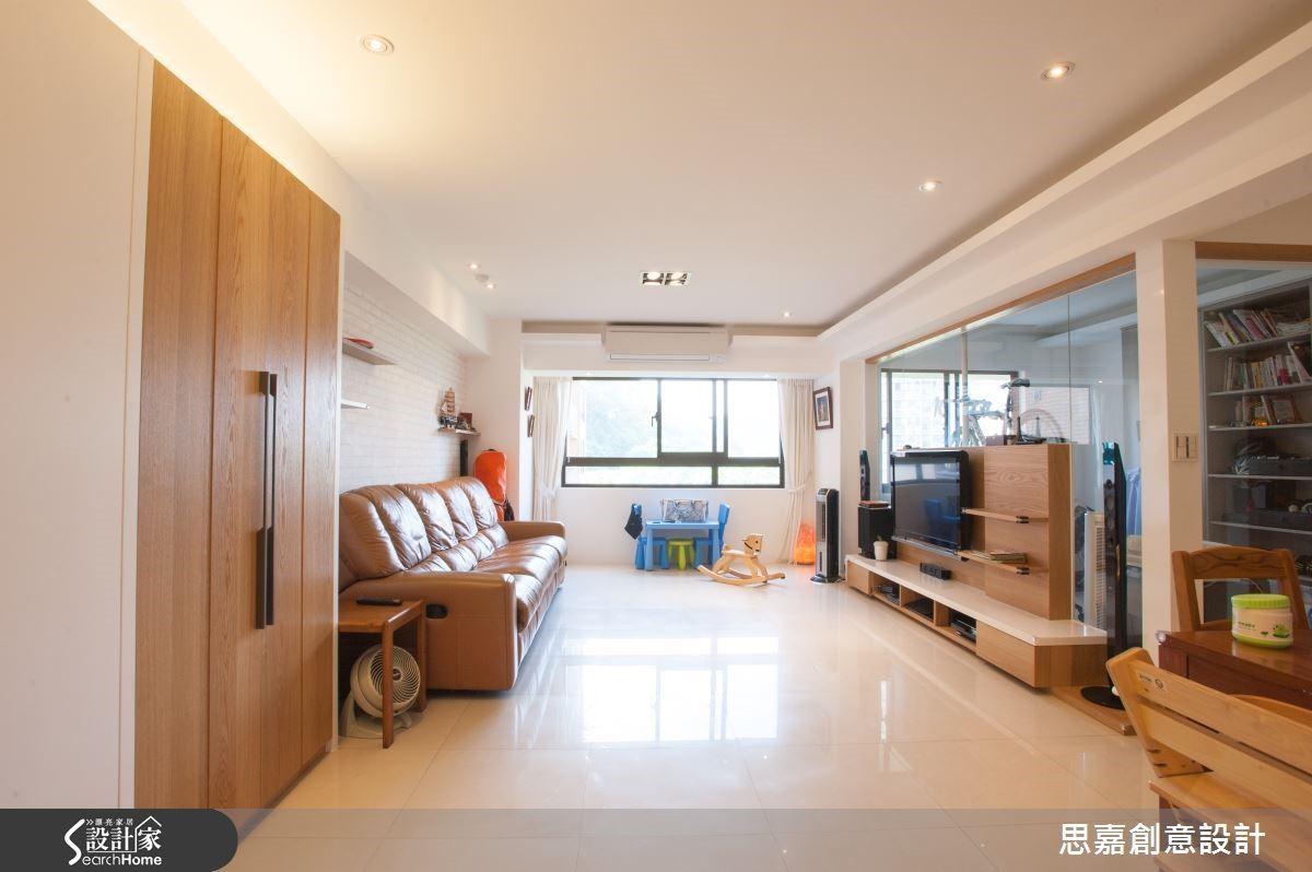 例如本案的採光面位於客廳與書房側,因此詹總監以玻璃隔間打造書房空間,讓採光得以與整體空間共同分享。