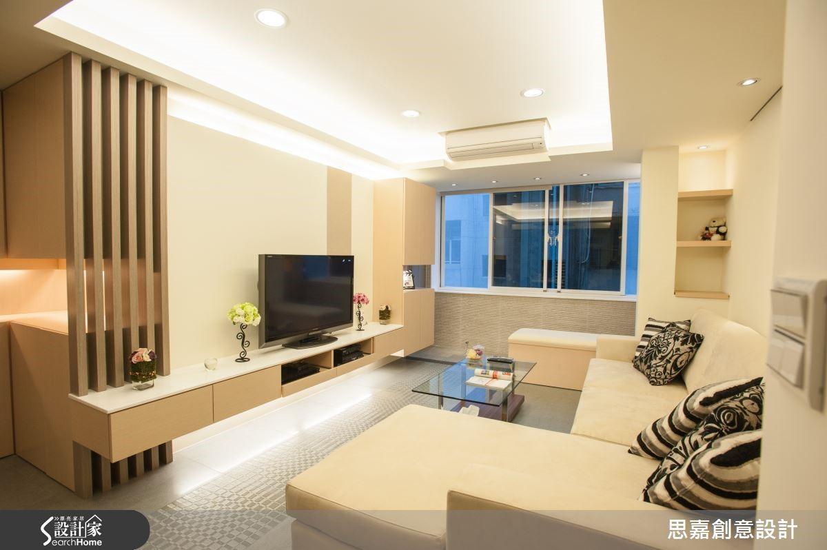 例如本案的自然採光較為有限,因此詹總監在客廳配置了完整的間接燈光以及崁燈設計,而電視牆櫃也搭配了裝飾燈光,營造豐富的燈光層次。