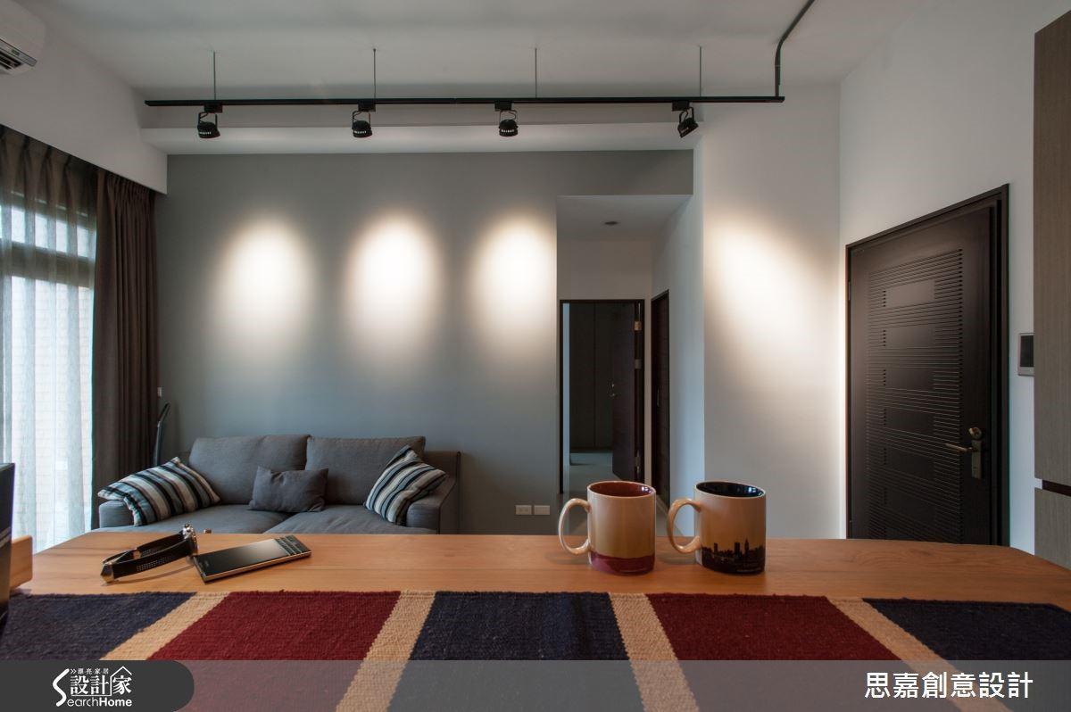 平凡無奇的灰色牆面,經由軌道燈投射聚焦層次之後,立即展現了有如舞台燈光般的戲劇張力!