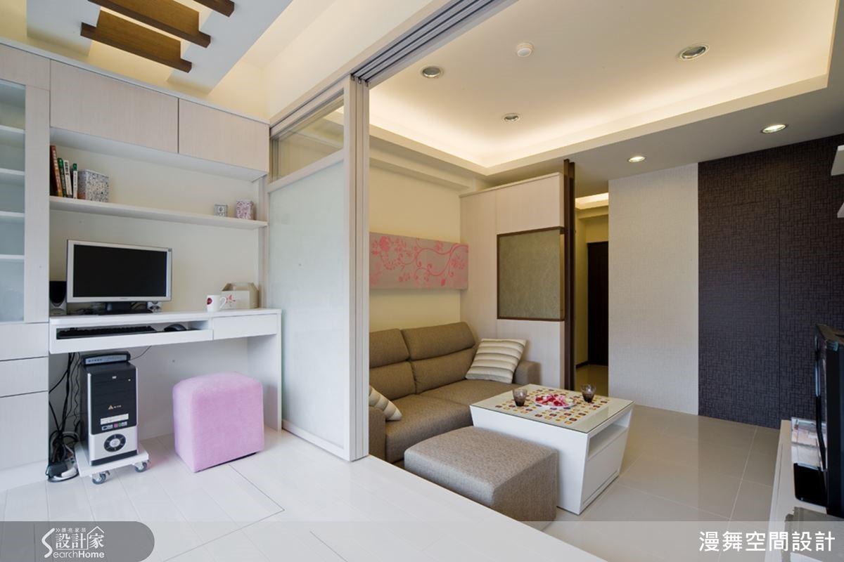 從客廳裡壓縮出1/3的面積,規劃一間半開放式的和室兼書房,而當屋主有朋友或親屬來訪時,也可以滿足留宿休憩的需求!架高地板下方還有收納機能哦!