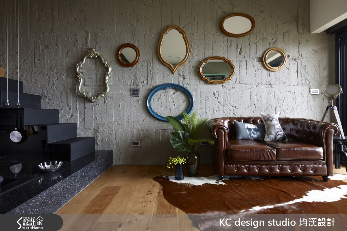 Loft 風的客廳,擺上一張皮沙發,既復古又很有型!