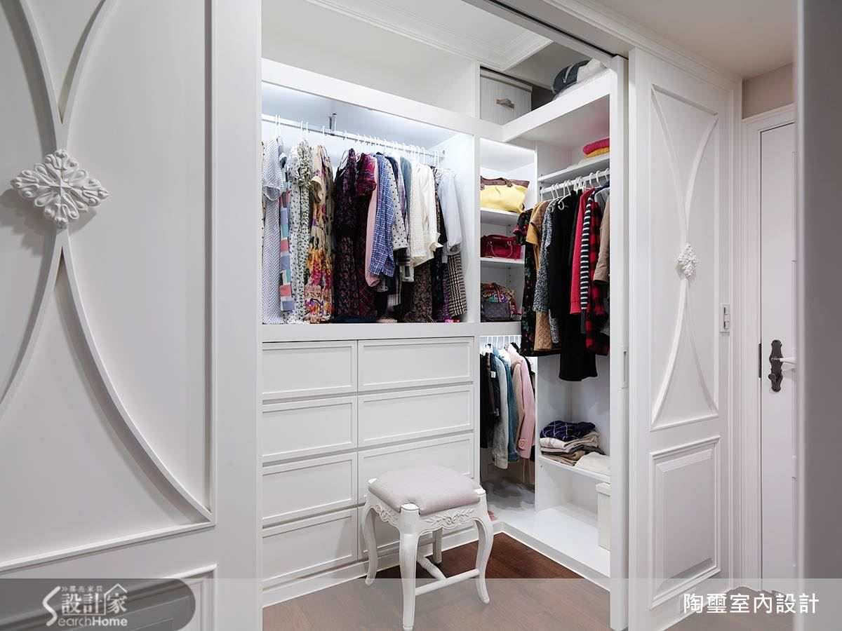 所有女人皆夢寐以求的更衣間,在林設計師的巧手下,為女主人量身訂製了長型的洋裝服飾懸吊櫃體,更在滑軌門片背後設置大型落的鏡面,給予女主人專屬私密空間。