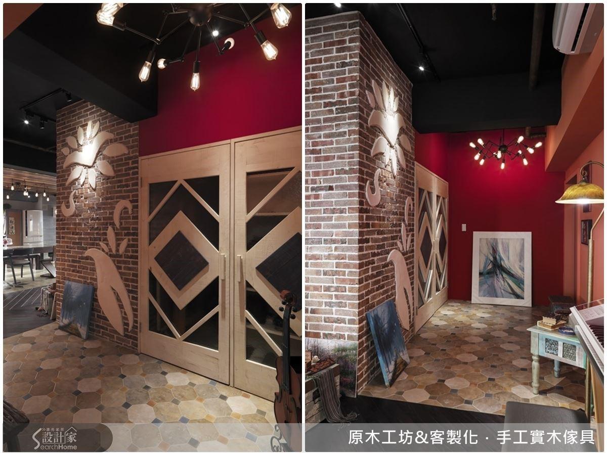 玄關處鮮明的紅橘兩面牆,既女性化又符合屋主有藝術感與想法的鮮明個性,讓人一進門就能感受到居住者的輪廓;八角形復古地磚用彩磚連結,活潑有趣;磚牆上的水泥造型浮雕與菱格門做凹凸的對應,一門拉開滿是玄機,右側是大面積的鞋櫃,左邊則是深面的儲藏室,機能性十足,一門兩用,極具巧思。
