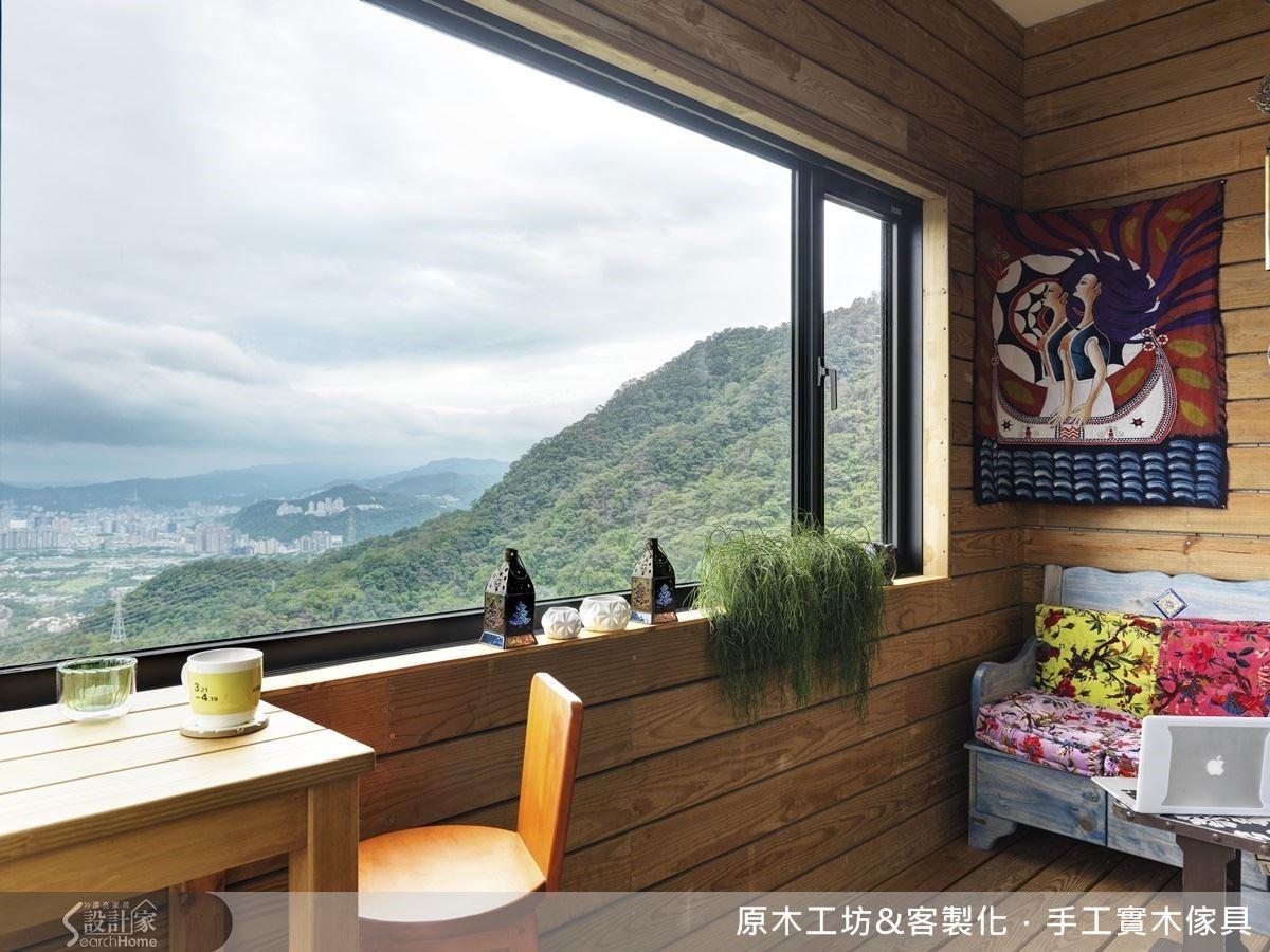 簡易的小客廳,說明了屋主使用的佔比.與環山美景相接的包覆陽台空間,簡單溫馨,是屋主真正感受生活幸福感與放鬆身心的休憩主軸。