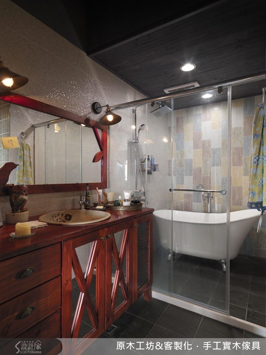 大型浴櫃兼具梳妝台的功能,是符合屋主使用習慣的選擇,低彩度磚低調處理,更能放鬆身心。
