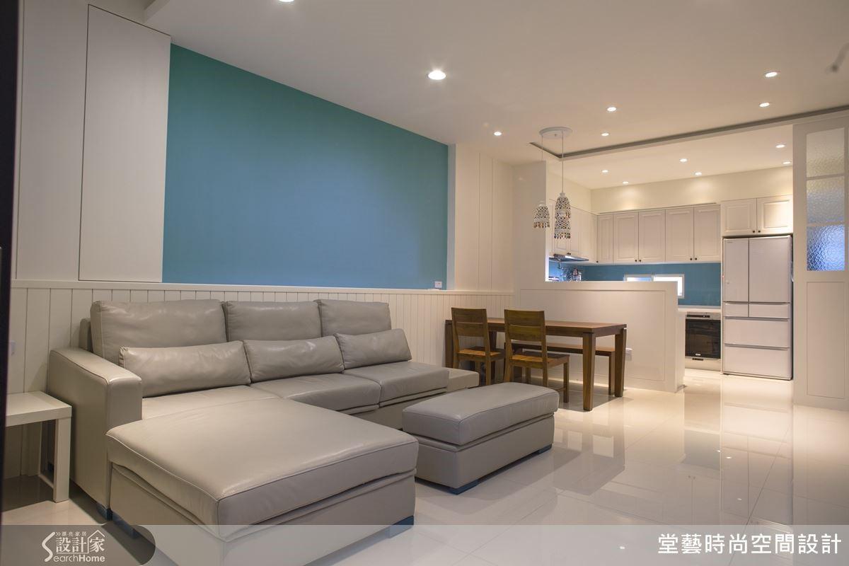 刻意留白的 Tiffany 藍沙發背牆帶出輕鄉村風元素,質樸溫馨卻沒有負擔。
