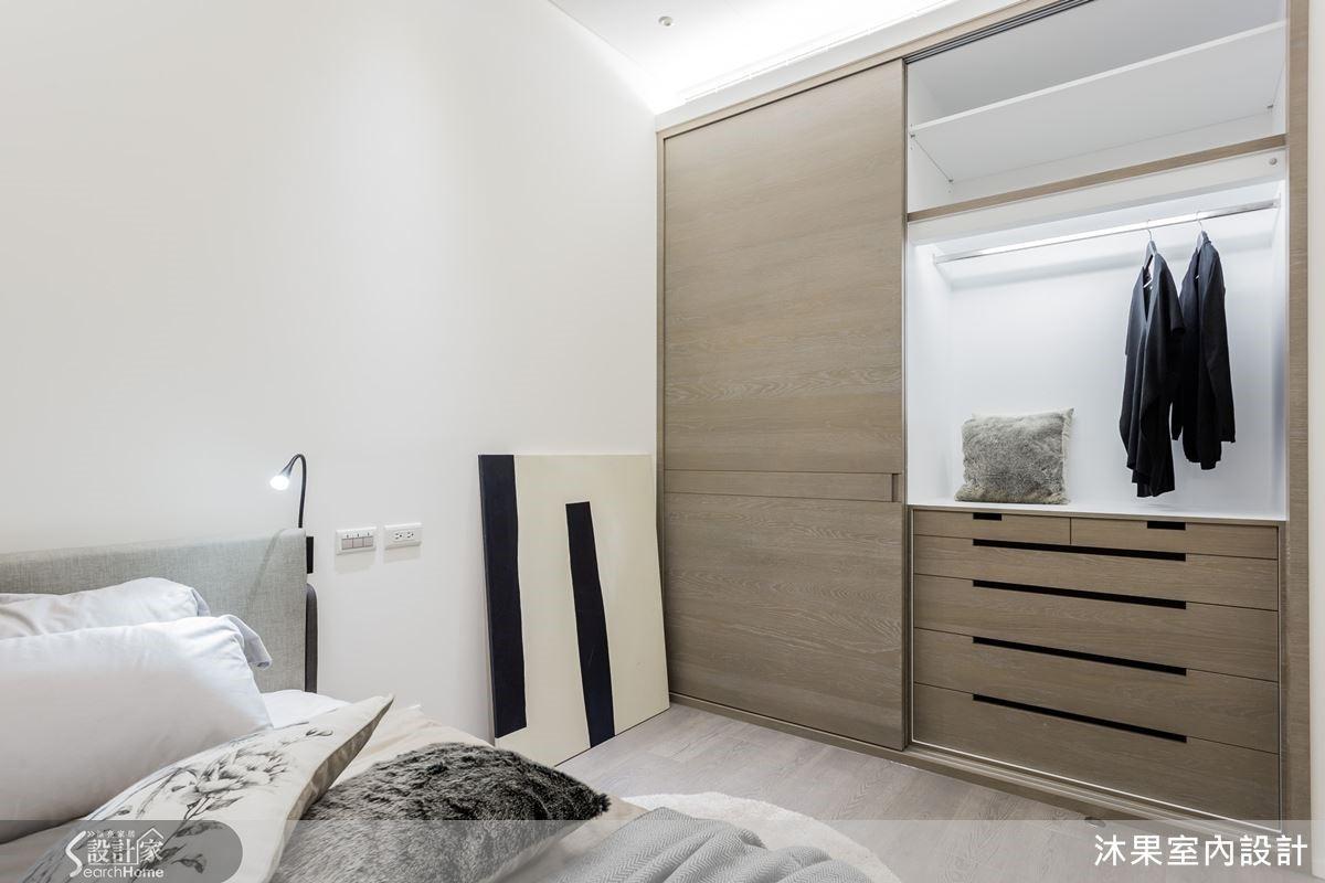 減去多餘開窗加乘隱私性,滿足明廳暗房的風水要求,床頭大樑下建構隱藏收納櫃,消弭壓迫感受。增加牆邊收納木作櫃,讓床鋪靠牆時避開冰冷體驗。