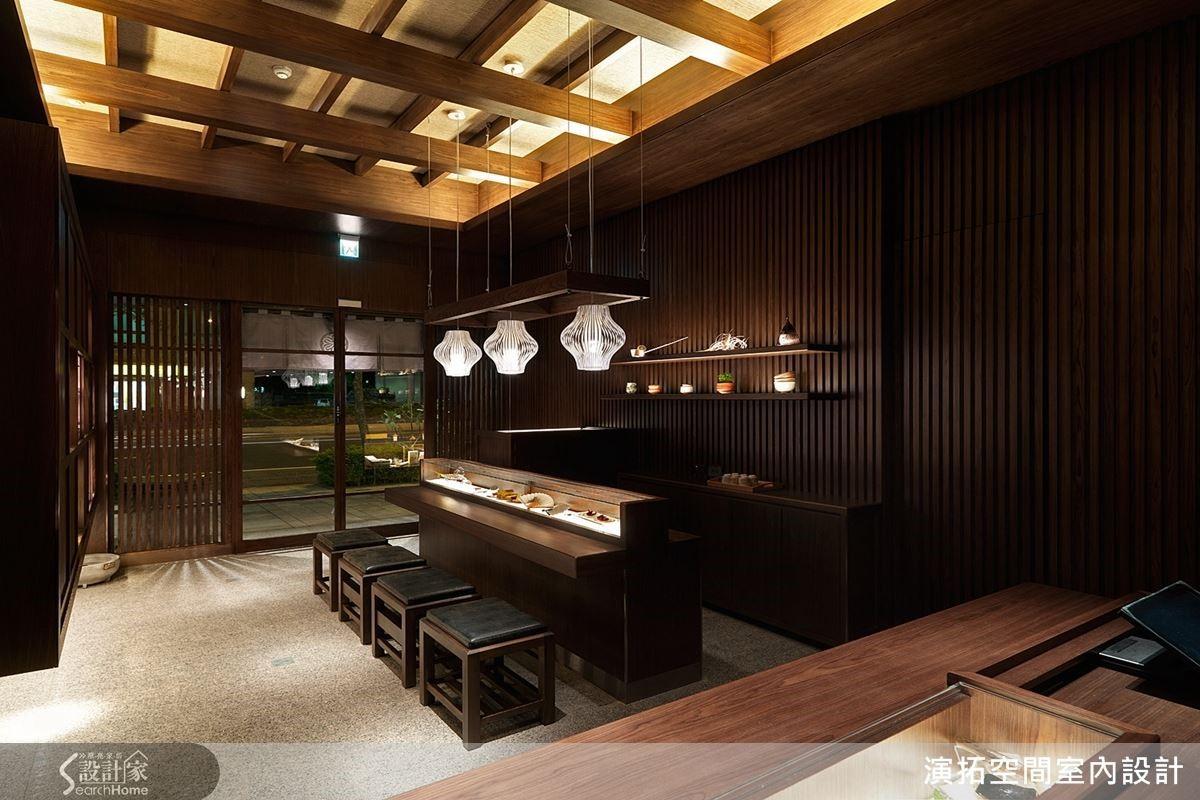 一樓作為顧客招待處,整體以深色木作規劃,天花上採橫豎相接的木條,打造如木屋的屋樑結構,格柵、屏風般木片交錯表現收納及展示的櫃子,呈現出江戶時代的建築感。