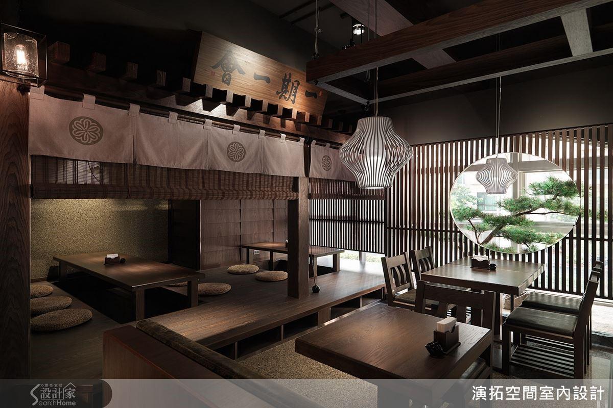 架高和室的包廂區,以淋雨板、抿石子建構壁面,拓染手染布幔、捲簾彰顯日式氛圍同時具隱密性。