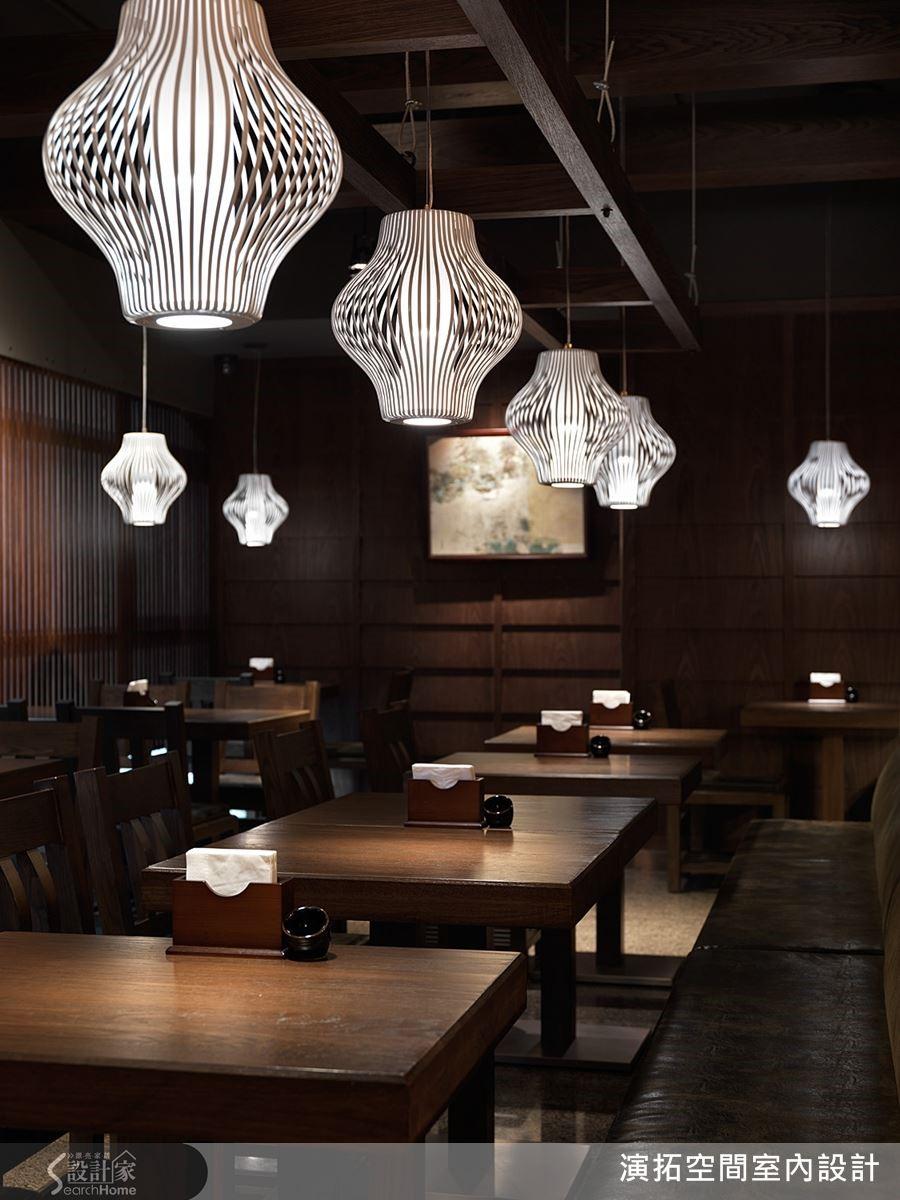 專屬的定製家具,鐵件竹編燈具調整亮度呈現暈染柔和的氛圍;桌椅講究角度依人體工學打造舒適乘坐時刻。