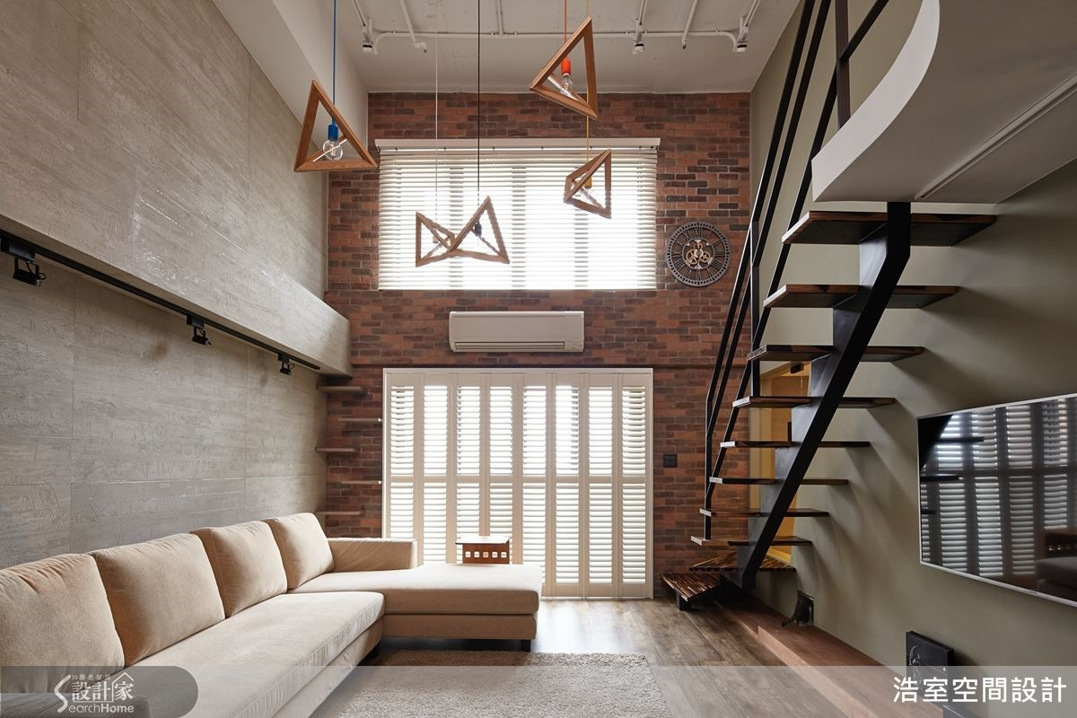 挑高5米的空間,經過重新規劃之後,重新替老房子注入風格,也帶來一室的明亮。