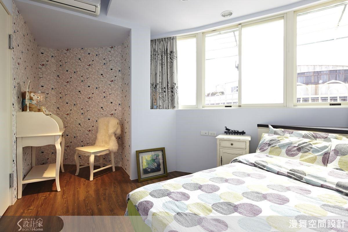 淡雅的空間配色與織品演繹柔美的女孩房間,角落的梳妝台以壁紙圍塑出女孩的秘密基地,古典中展現浪漫。
