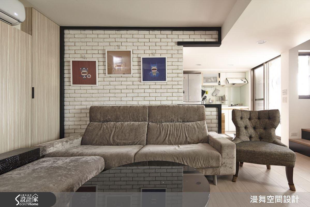 質樸中帶著粗獷調性的文化石牆,以深色木皮外框包覆著文化石,為清淺簡約的客廳帶來視覺的流動性。