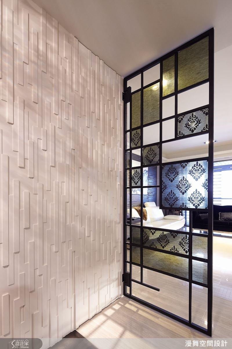 玄關區的鞋櫃以木作貼皮的造型彷如隱藏於牆面之中,與直接進入客廳的鐵件鑲嵌玻璃的玄關端景釋放出無壓的過度區域。