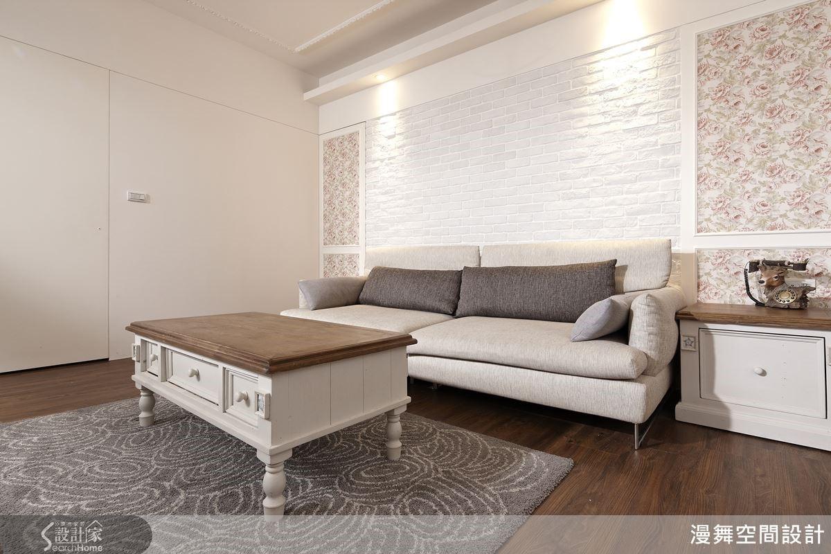 混搭著鄉村與北歐風格的本案,客廳沙發背牆以質樸的文化石牆搭配歐式壁紙結合線板,賦予澄淨優雅的居家底蘊。