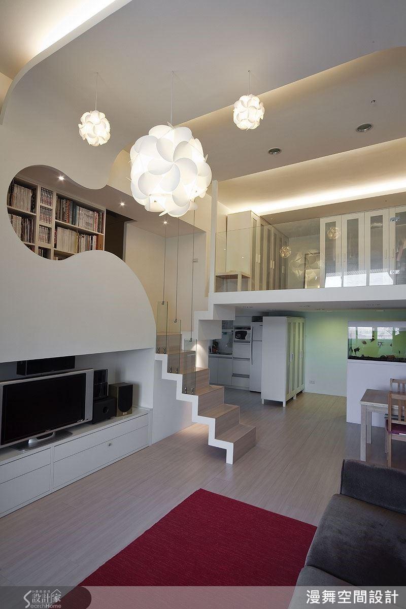 夾層的空間利用從天花板折繞而下的造型牆界定出半開放式的書房區,讓上下層空間各司其職,又能擁有流暢的視覺美感。
