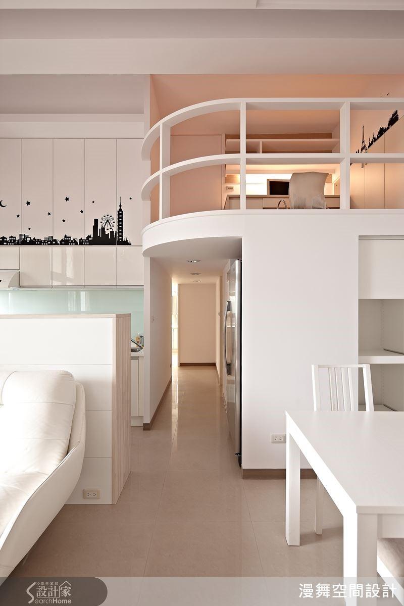 純白色的空間基調,在局部牆面以對比黑凸顯出空間的層次感。