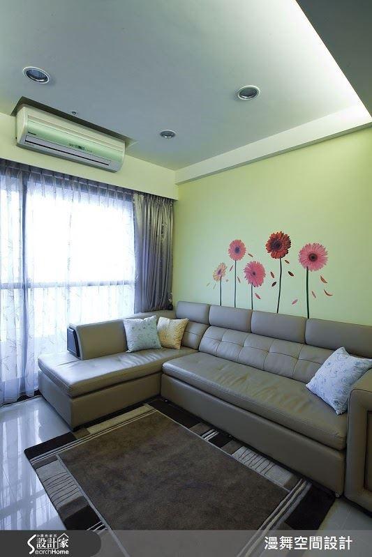 淺綠色採為基底的空間,在留白的牆面以對比色調的花朵壁貼局部點綴,漾滿趣味。