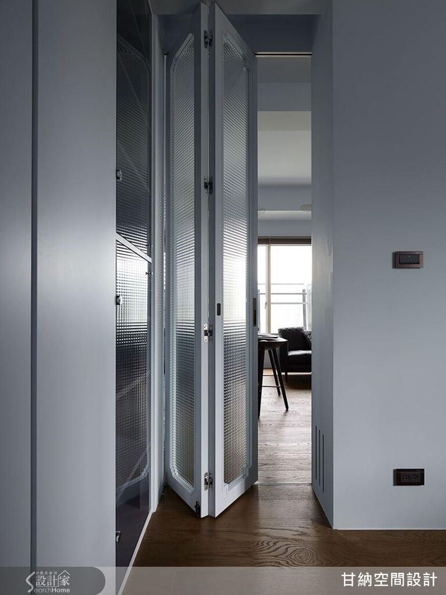 將房間牆面打通後,利用隱性的空間界定,開闊了空間視野,形成了大面積的多功能室,不僅拓大了空間,彼此更可以獨立分野,無形中達到視覺延伸的極大效果。