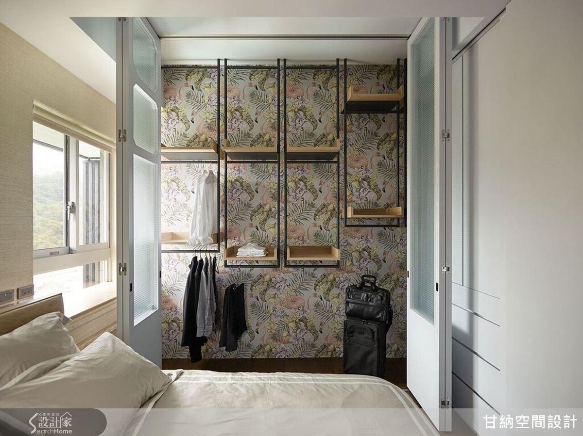 更衣空間選用繽紛色彩的圖騰壁紙,即使擺了鮮豔的衣服,壁紙的角色還是非常鮮明。