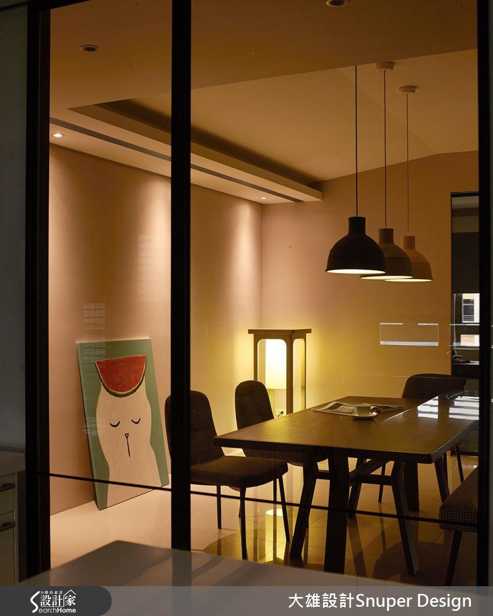 餐廳懸吊現代感十足的燈具,襯托起柔和溫暖的迷人享受。