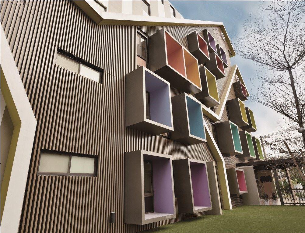 彩色凸出方型窗框是既要遮陽,又需滿足教學空間採光率而形成,於內用了彩虹色彩,增添童趣意象。在外觀牆上以空心鋁方管做格柵造型,有效解決陽光直射在牆上所產生的高溫。