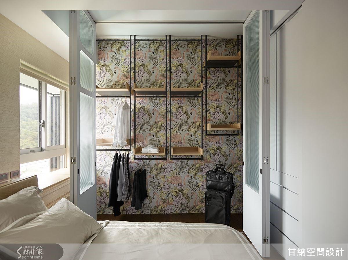 臥房更衣室牆則以花卉壁紙做鋪陳,其中再結合了運用鐵件製成的吊桿式收納櫃,鐵件有比例的分割牆面,成功地分散和淡化了視覺重心。
