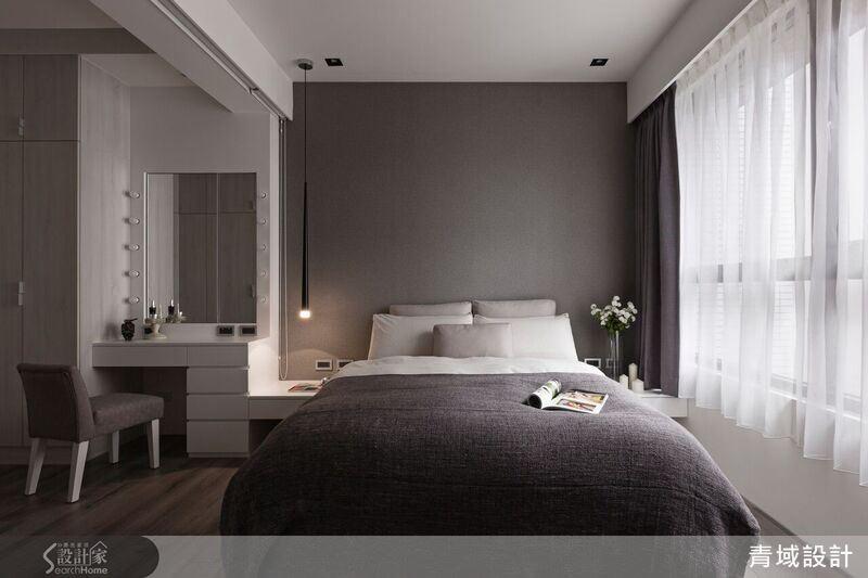 主臥房以沉穩洗練的灰色壁布,強調睡眠空間中純粹的舒適與寧靜。