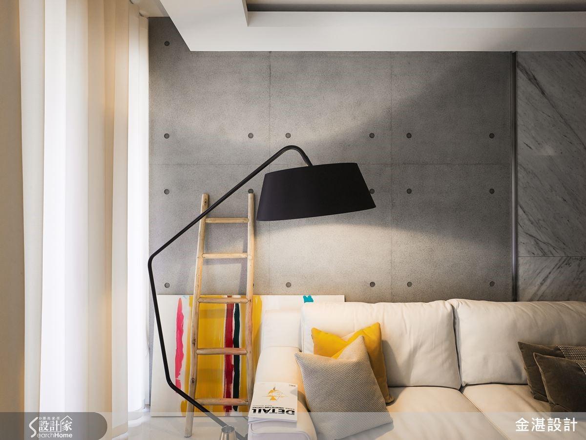 灰色調的沙發背牆運用異材質手法,巧妙將水泥與石材結合,立面線條既舒適寧靜,卻也絲毫不單調無聊。