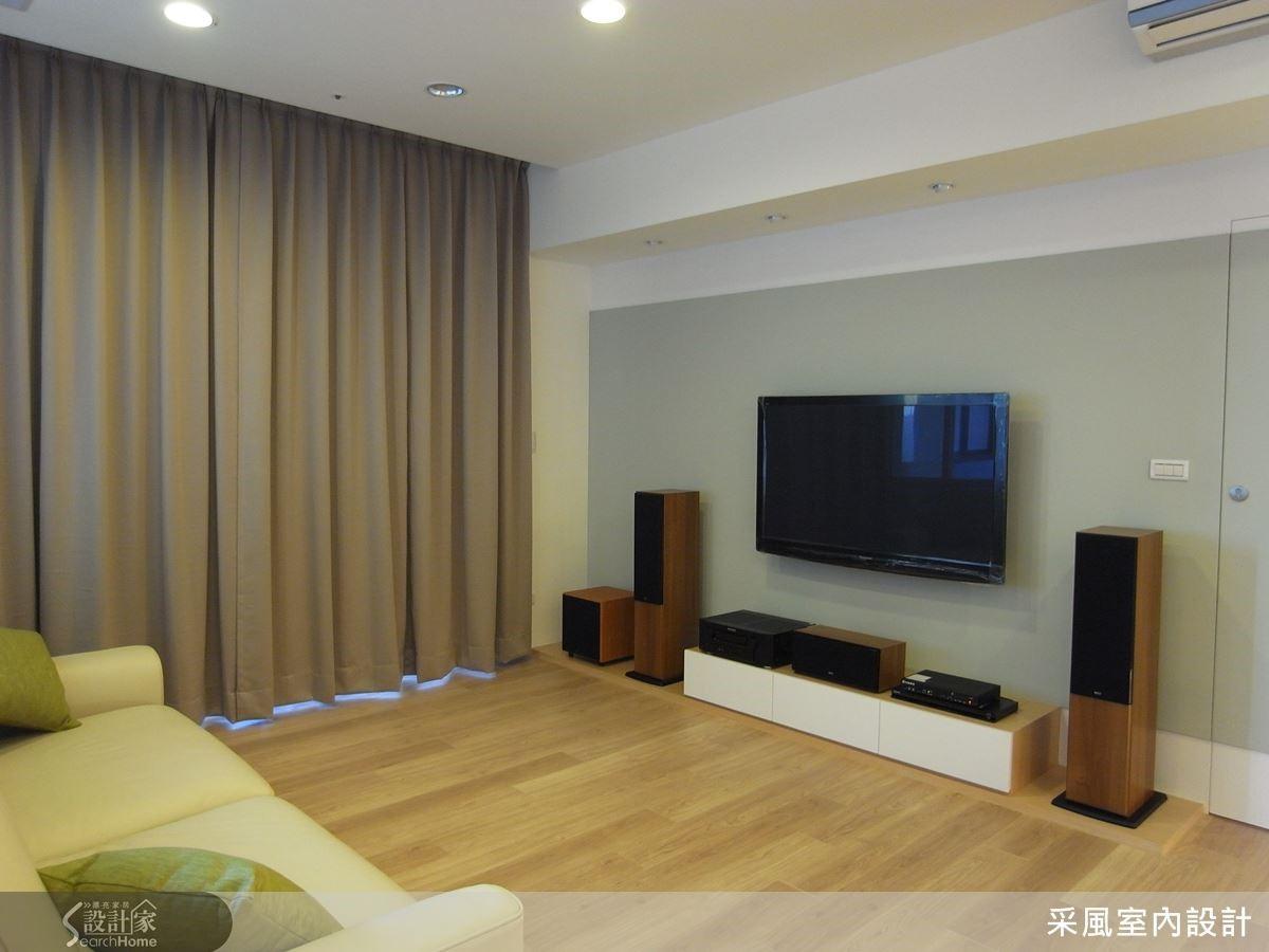 清淡卻紓壓的藍灰色成為客廳空間裡不容忽視的一片優雅,可可色的窗簾適時地給予紳士般的呵護。