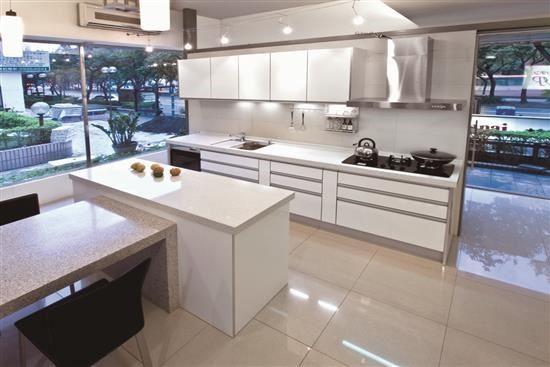 使用矽鋼石打造的廚房檯面及桌面,一體成型的餐廚空間為生活質感加分。