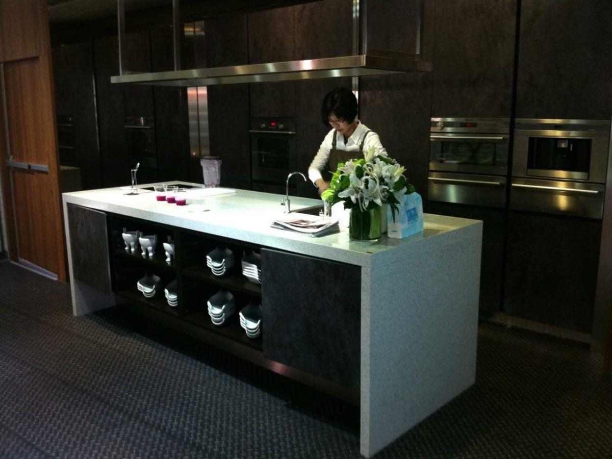 中島使用矽鋼石檯面,天然石材的觸感讓主婦料理時備感溫潤。
