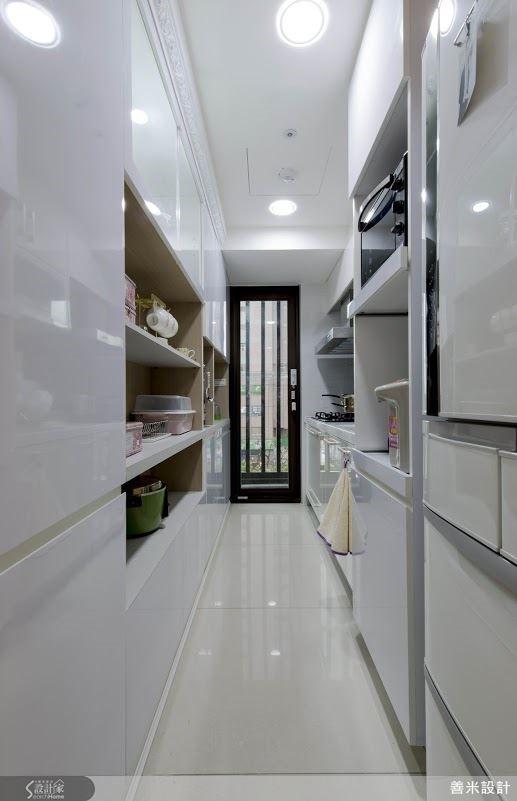 一字形廚房妥善利用各空間角落,創造收納最大值。