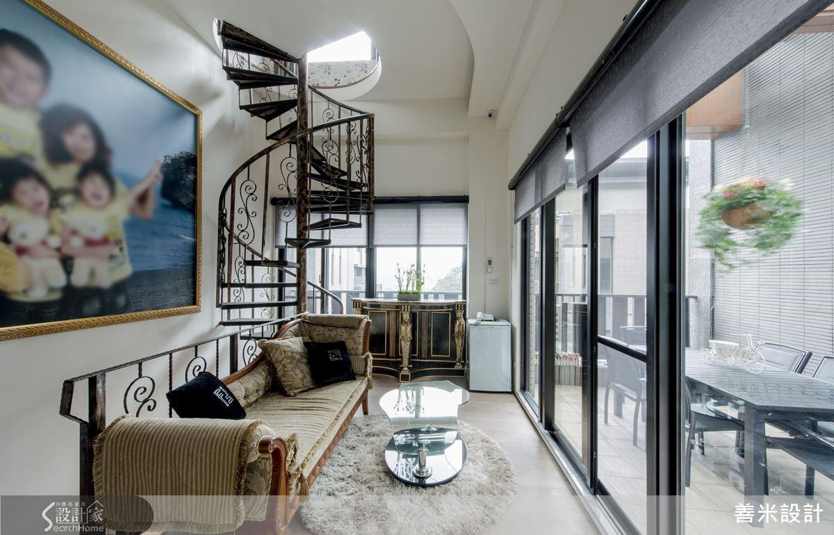 挑高的起居空間延伸立面敞迎日光,成為凝聚全家人情感的生活場域。