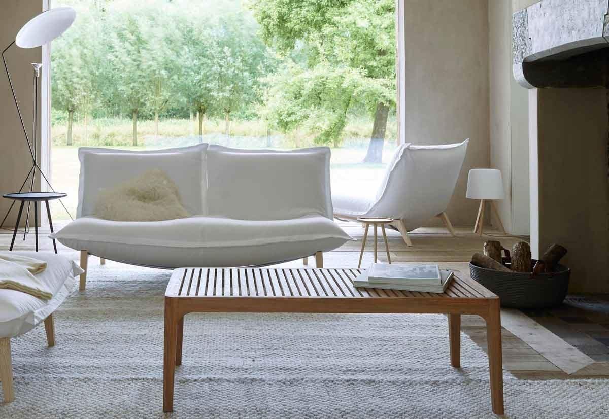 "Pascal Mourgue 於 1994 年設計的 CALIN ,因舒適性和變化性的完美結合,在當時造成一股熱潮,至今仍被譽為經典品,並因此獲得 1995 年 ""Roter Punkt"" 設計獎。CALIN 單人布沙發就像一個巨大的枕頭,蓬鬆、柔軟的觸感將堅固的鋼構結構包覆,布套可拆除清洗。可選擇圓柱鋼腳或是梣木椅腳。(design : Pascal Mourgue)"