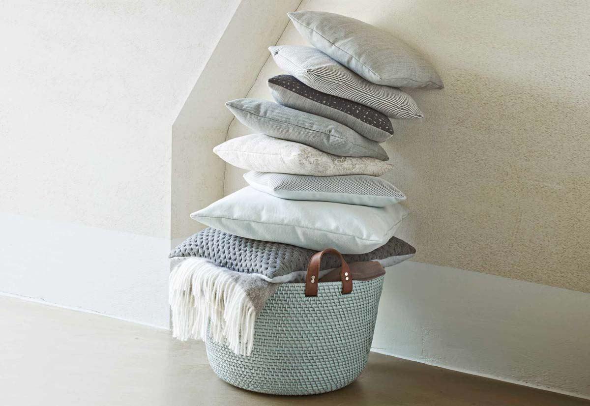 翡翠綠、象灰、棕色這三款多用途的提籃皆以藤編織製成,提把以牛皮輔以鉚釘完美固定。(design : Lee West )