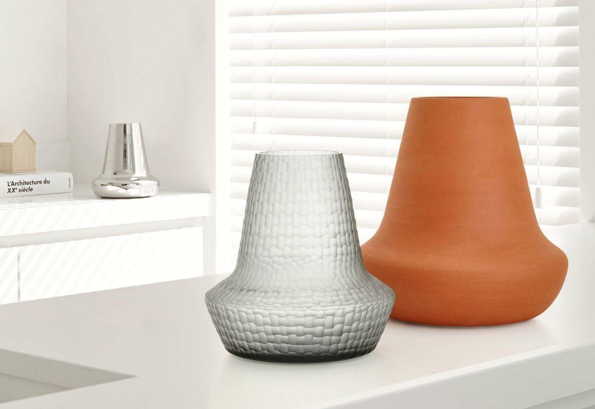 紅陶瓷器;表面鍍鎳的鋁製光澤花器;手工切割的靛藍口吹玻璃花器;底部皆擁有設計師簽名。( design : Michael Koeni )